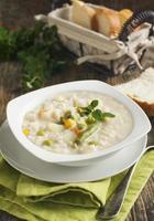 sopa com arroz e legumes foto