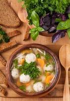 sopa tradicional com almôndegas e legumes foto