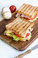 saborosos sanduíches saudáveis na mesa de madeira branca. estilo rústico. foto