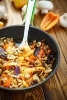 cogumelos fritos com pimentão e cebola foto