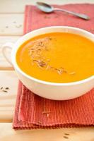 sopa de creme de cenoura e abóbora vegetariana com alho e cominho foto