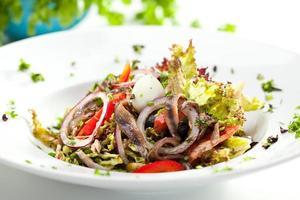 salada com anchova foto