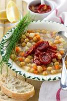 sopa de grão de bico com tomate seco foto