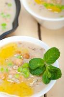 saudável Oriente Médio grão de bico e sopa de cevada foto