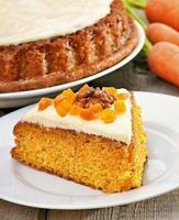 pedaço de bolo de cenoura com glacê foto