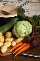 cozinhar vegetais: batata, cenoura, beterraba, abobrinha, cebola, couve