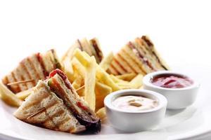 sanduíche de clube com carne e verde foto