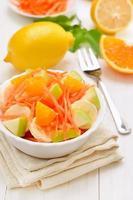 café da manhã saudável. salada de frutas foto