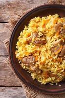 arroz com carne e legumes closeup. vista superior vertical foto