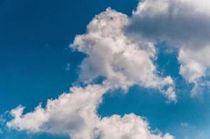 belas nuvens em um céu azul de verão. foto
