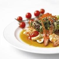 close-up de aperitivo de salada de camarão com frutas foto