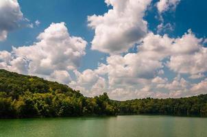 lindo céu de verão sobre o reservatório prettyboy, em baltimore