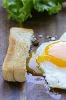 ovo frito com legumes frescos e torradas no café da manhã