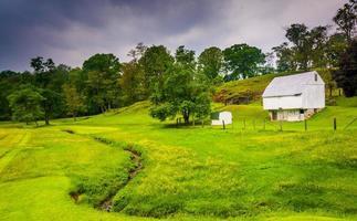 pequeno riacho e fazenda na zona rural de baltimore county, maryland. foto