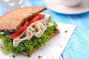 sanduíche com presunto de frango e pão integral