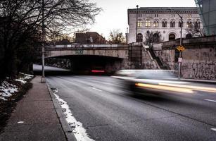 tráfego em movimento na howard street, em baltimore, maryland. foto