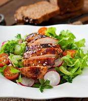 salada de legumes fresca com peito de frango grelhado foto