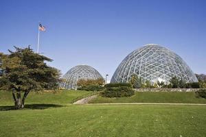 cúpulas de um jardim botânico em milwaukee foto