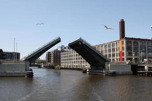 ponte aberta para o tráfego de barcos sobre o rio milwuakee foto