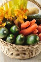 legumes misturados em uma cesta foto