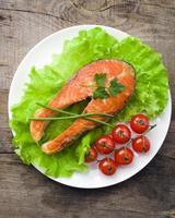 filé de salmão com legumes
