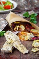 dieta batatas fritas de peixe e vegetais, prato saboroso de baixa caloria foto