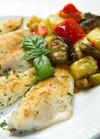 filé de peixe com legumes foto