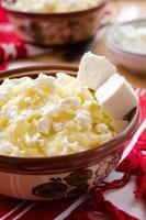 tradicional mingau de milho ucraniano com manteiga e queijo foto