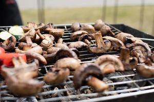 abobrinha, berinjela, pimentão e cogumelos preparados grelhados foto