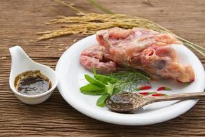 osso de frango fresco para sopa de caldo foto