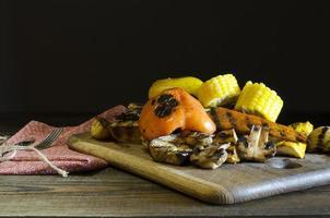 comida saudável legumes grelhados na mesa de madeira foto