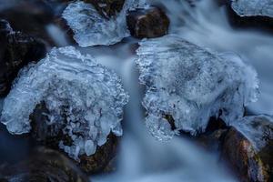 rochas cobertas de gelo