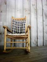 cadeira de balanço de madeira foto