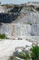 três camadas de falésias na mina de mármore foto
