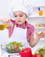 menina comendo salada foto