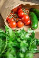 legumes em fundo madeira foto