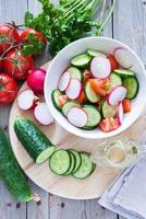 preparando salada de legumes foto