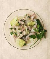 salada fresca e leve em prato de vidro foto