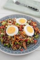 salada de quinoa saudável com ovo foto
