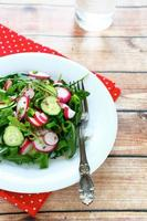 legumes frescos em uma salada foto