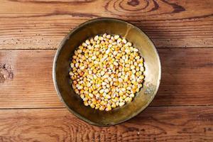 milho na bandeja de cobre na mesa de madeira