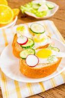 pães com ovos e legumes foto