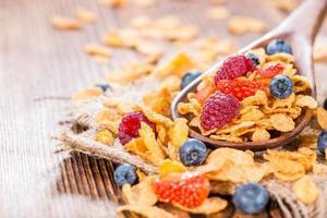 flocos de milho com frutas frescas foto