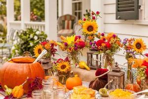 mesa de outono outono com flores do sol e abóboras foto