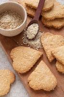 biscoitos com sementes de gergelim em forma de coração
