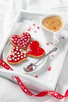 biscoitos e café na cama foto