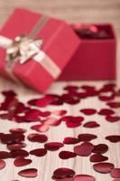 confetes de corações vermelhos em fundo de madeira