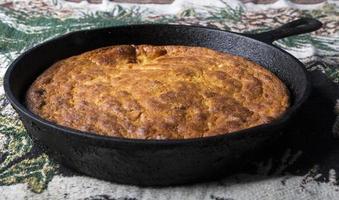 pão de milho em panela de ferro fundido foto