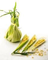 3 folhas de milho com grãos e folhas embrulhadas foto