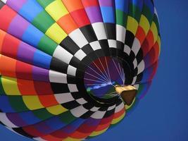 balão de ar quente multicolorido foto